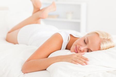 mujer en la cama: Hermosa mujer durmiendo en su cama Foto de archivo