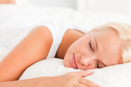 woman bed: Primer plano de una hermosa mujer durmiendo en su cama