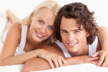 pareja en casa: Pareja acostada en su cama en el dormitorio Foto de archivo