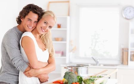 hombre cocinando: Pareja joven posando en su cocina Foto de archivo