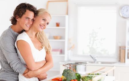 desayuno romantico: Linda pareja posando en su cocina Foto de archivo