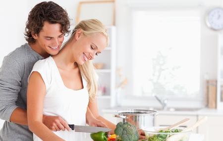 hombre cocinando: Cocinar linda pareja en la cocina