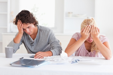 hombre preocupado: Dos tristes mientras que la contabilidad en su sala de estar