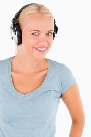 한 사람 만: 스튜디오에서 헤드폰 웃는 여자의 초상화 스톡 사진