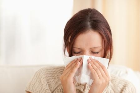estornudo: Estornudos mujer linda en una sala de estar