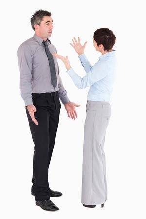 desacuerdo: Los trabajadores de oficina discutiendo sobre un fondo blanco