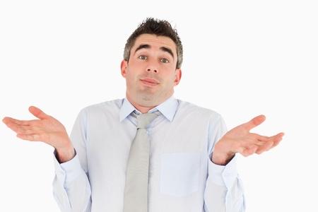 persona confundida: Empleado de oficina ni idea posando sobre un fondo blanco Foto de archivo