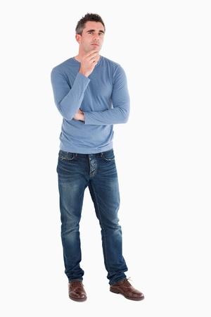 perplesso: Uomo premuroso in posa su uno sfondo bianco