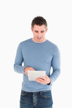 한 사람 만: 흰색 배경에 대해 태블릿 컴퓨터를 사용하는 사람의 초상화 스톡 사진