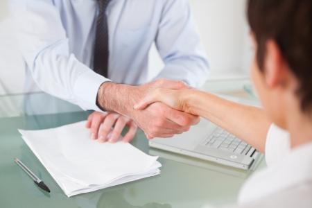 gl�cklicher kunde: B�roangestellte mit einem Handschlag in einem B�ro