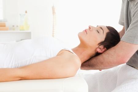sports massage: Mujer de relax con un masaje en una habitaci�n
