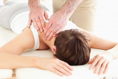 fysiotherapie: Man masseren van een vrouw de nek in een kamer