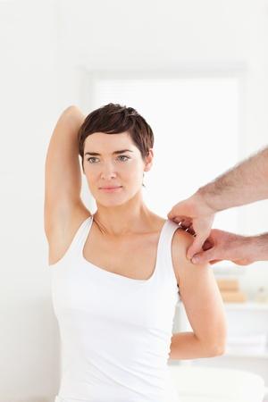 supervisi�n: Paciente morena haciendo algunos ejercicios bajo la supervisi�n de una habitaci�n