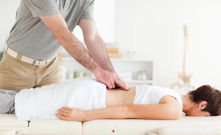 masaje deportivo: Paciente con Encanto conseguir una accupressur en una habitación Foto de archivo