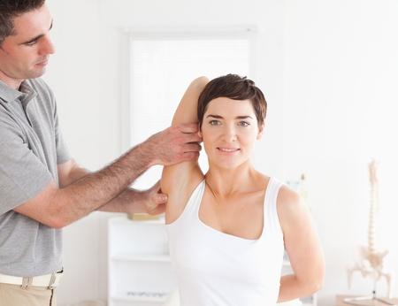 supervisi�n: Paciente sonriente hacer algunos ejercicios bajo la supervisi�n de una habitaci�n