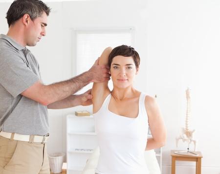 akupressur: Woman doing einige �bungen unter Aufsicht in einem Raum