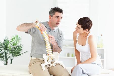 mujeres de espalda: Mujer morena mirando a la escucha modelo-la columna vertebral de una explicaci�n