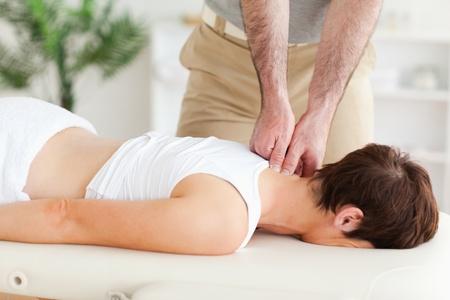 masaje deportivo: Un masajista masaje del cuello de un cliente en su consulta Foto de archivo
