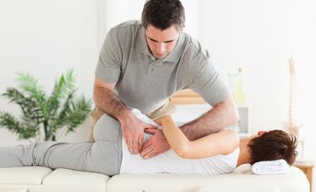 fysiotherapie: Een masseur is masseren een vrouw Stockfoto