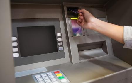 Hand het plaatsen van een credit card in een ATM-