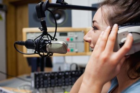 microfono de radio: Sonriente presentador de radio hablando a trav�s de un micr�fono