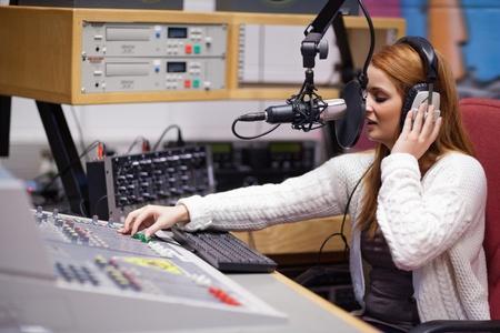 Animateur de radio avec une table de mixage Banque d'images