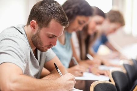 Studenti seri seduta per un esame in un anfiteatro