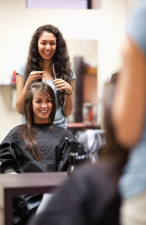 coiffeur: Portrait of a woman making a haircut standing up
