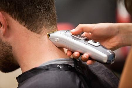 estilista: El hombre que tiene un corte de pelo con unas máquinas de cortar el pelo Foto de archivo