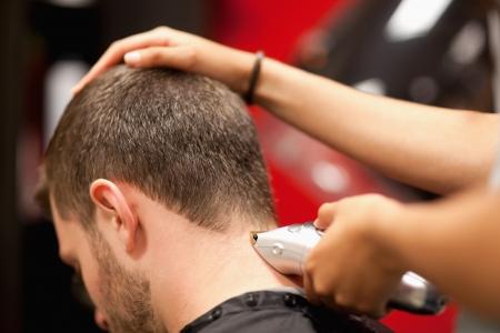 barbershop: Close-up van een mannelijke student met een kapsel met tondeuses Stockfoto
