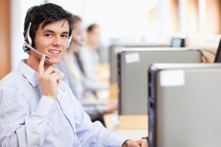 Operatör poserar med ett headset på ett callcenter Stockfoto