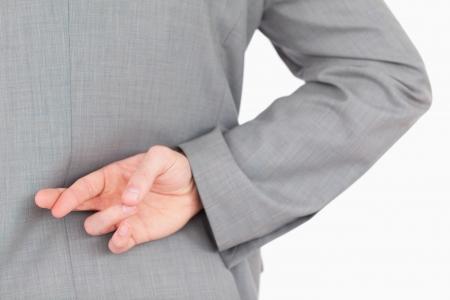 mani incrociate: Dita incrociate maschile contro uno sfondo bianco