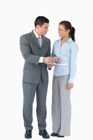 discutere: Business partner Giovane analisi dei dati su uno sfondo bianco