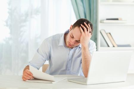 alarming: Joven hombre de negocios la lectura de una carta alarmante Foto de archivo