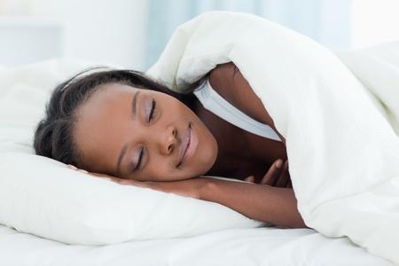 woman sleep: Radiante mujer durmiendo en su dormitorio