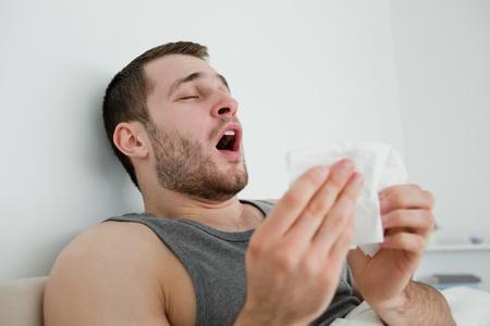 al�rgico: Estornudos hombre enfermo en su habitaci�n Foto de archivo