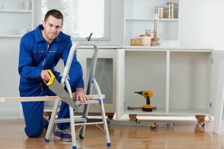 collarin: Sonriendo manitas cortar una tabla de madera en una cocina