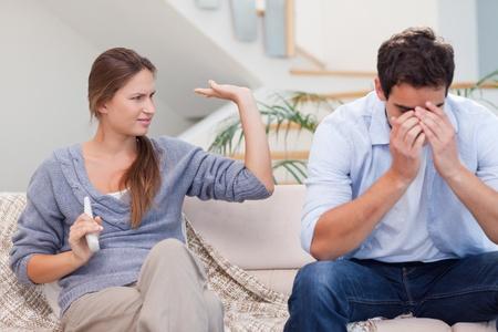 veszekedés: Az ember, hogy fáradt vitatkozott a feleségével a nappaliban Stock fotó