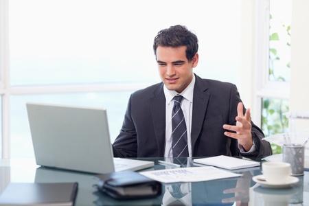 managers: 화가 사업가 자신의 사무실에서 작업