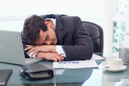 gente durmiendo: Hombre de negocios cansado de dormir en su oficina
