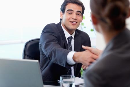 manos trabajo: Sonriendo gestor de entrevistar a un solicitante de la mujer en su oficina