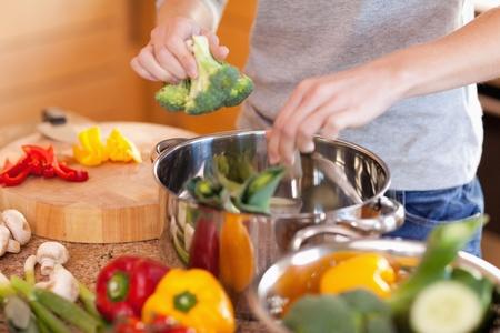 Jonge vrouw voorbereiding groentesoep