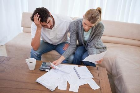 Depressive Paar treibt ihre Buchhaltung in ihrem Wohnzimmer Lizenzfreie Bilder