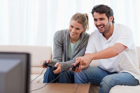 jugando videojuegos: Pareja jugando juegos de video en su sala de estar Foto de archivo