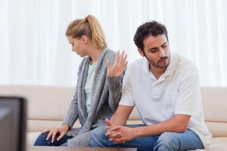 personas discutiendo: Ser mujer enojada con su marido en su sala de estar