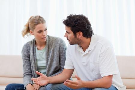 echtgenoot: Man boos op zijn vrouw in hun huiskamer Stockfoto