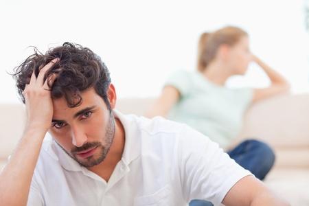 pareja discutiendo: Pareja triste locos el uno al otro en su sala de estar