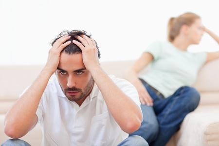 personas discutiendo: Enojado par locos el uno al otro en su sala de estar