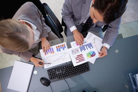 Business-Team Blick auf Statistiken in einem Besprechungsraum Stockfoto