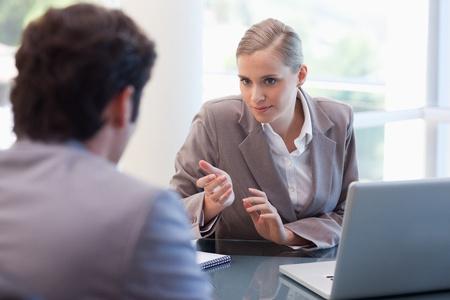 Professionele zakenvrouw het ontvangen van een klant in haar kantoor